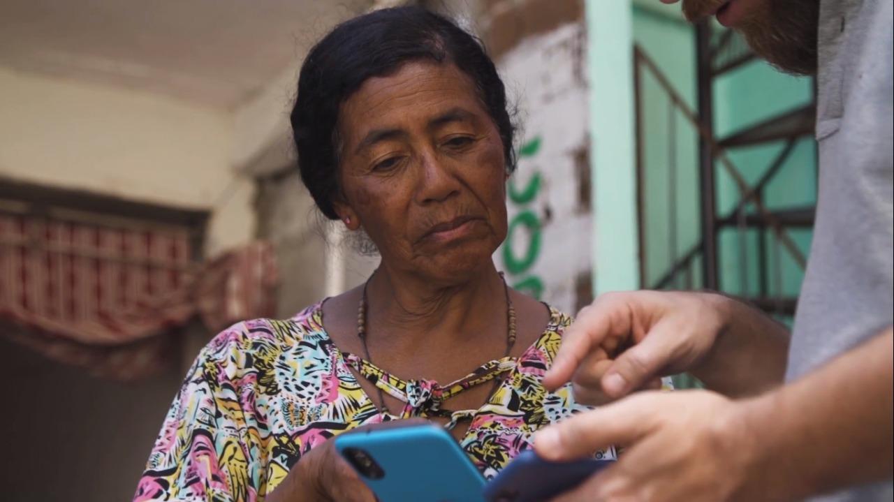 Una señora que está probando la app
