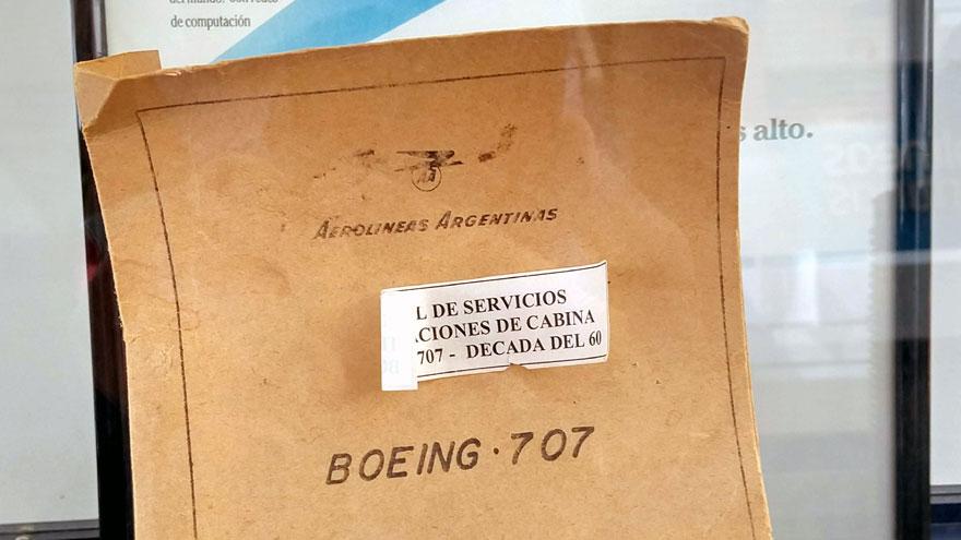 Manual de mantenimiento de un Boeing 707 en una vitrina en las oficinas técnicas de Aerolíneas Argentinas en Ezeiza.