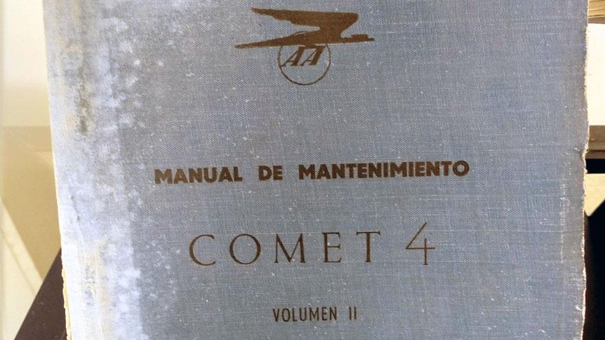 Manual de mantenimiento de un Comet 4, el primer jet de Aerolíneas Argentinas, en una vitrina en las oficinas técnicas de Aerolíneas Argentinas en Ezeiza.