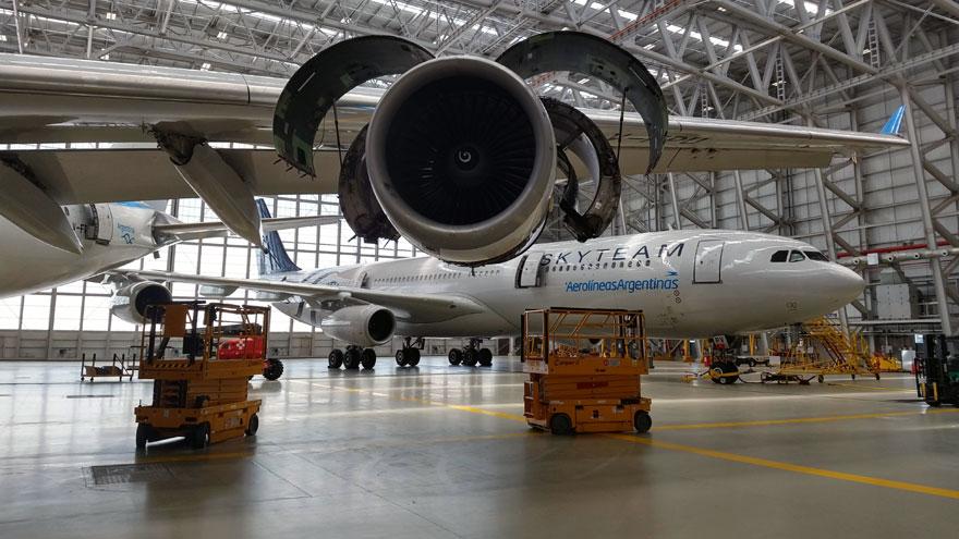 En primer plano, una turbina del Airbus A340-300B LV-FPU, detrás otra unidad del mismo modelo, ambos en el hangar 5 de Ezeiza.