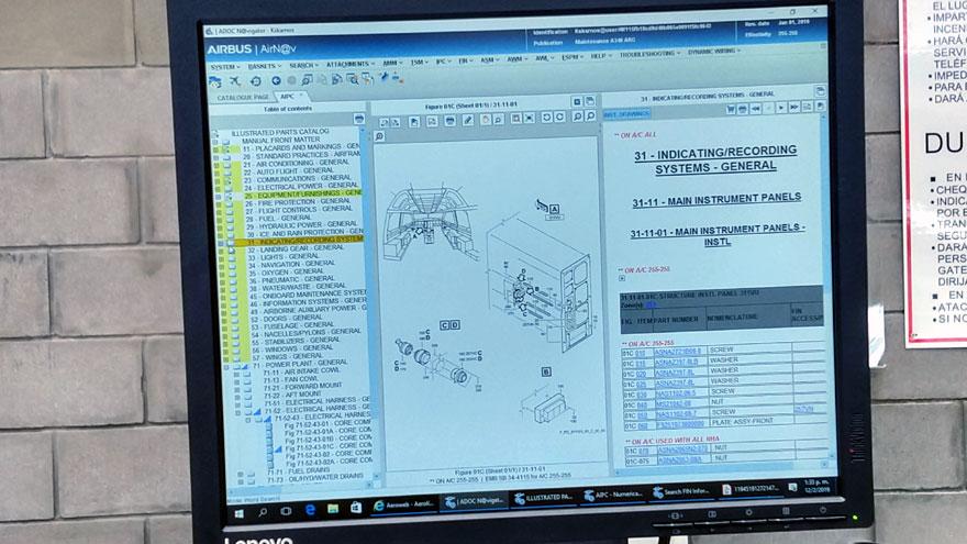 Un monitor de computadora en el hangar 5 muestra un software de gestión del Airbus A340-300B LV-FPU  bajo inspección.