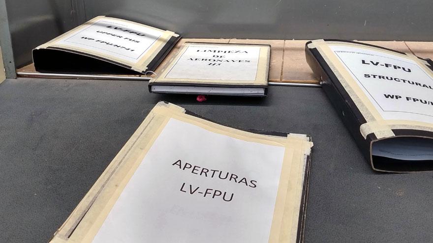 Carpetas de registro de tareas de inspección en el Airbus A340-300B LV-FPU, que serán reemplazadas por el proceso de digitalización.