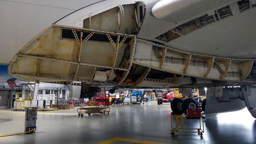 Fuselaje abierto del Airbus A340-300B LV-FPU en el hangar 5.