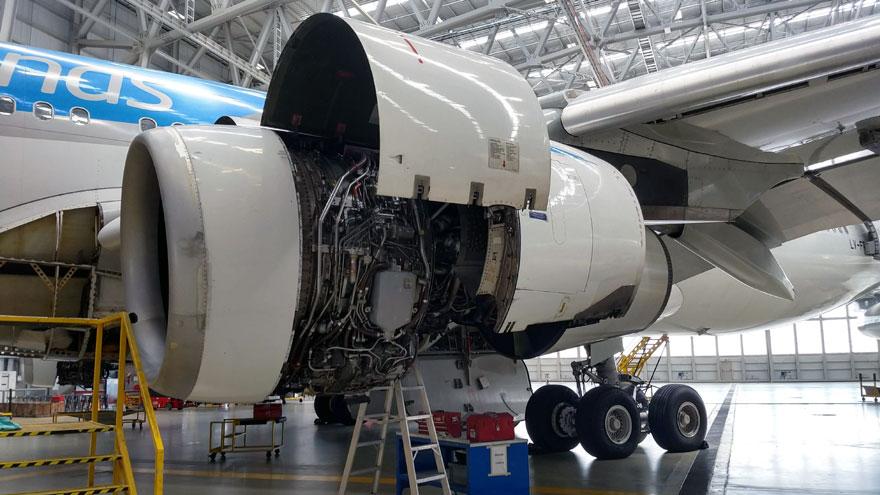 Tareas de mantenimiento en una turbina del Airbus A340-300B LV-FPU.