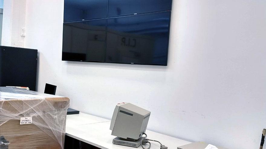 En el plano inferior, un monitor de computadora en desuso que se usaba en el centro de datos en Ezeiza. En el plano superior, pantallas que ofrecerán diferentes perspectivas de vista a la gestión y el estado de la red y los activos informáticos de Aerolíneas Argentinas.
