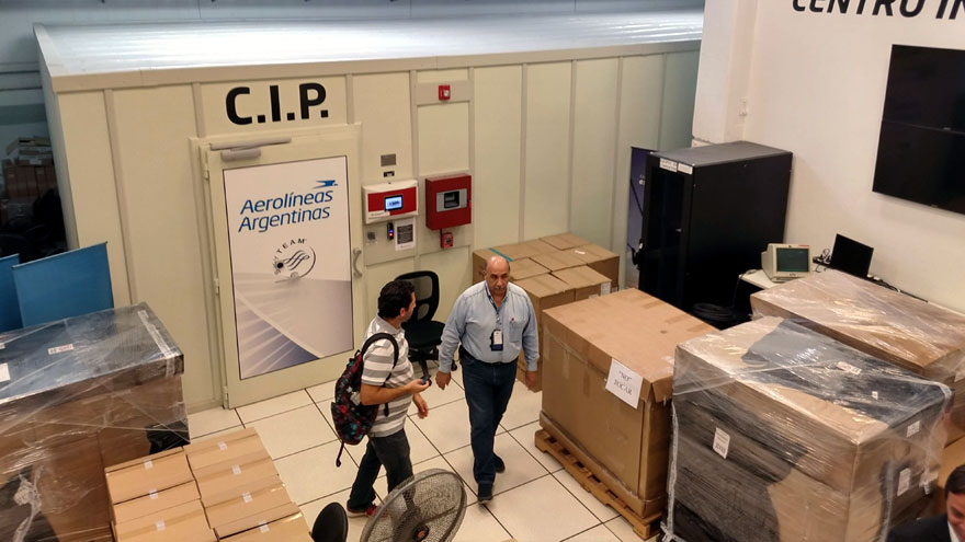 En segundo plano, la sala cofre del centro de datos en Ezeiza. Las cajas contienen las tabletas de iPad que se usarán en los aviones y hangares de la empresa.