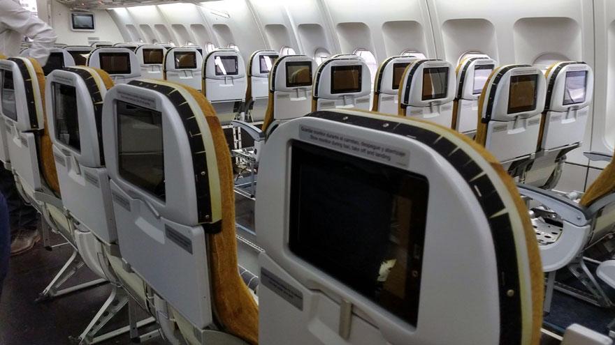 Asientos desplazados en la clase turista del Airbus A340-300B LV-FPU.