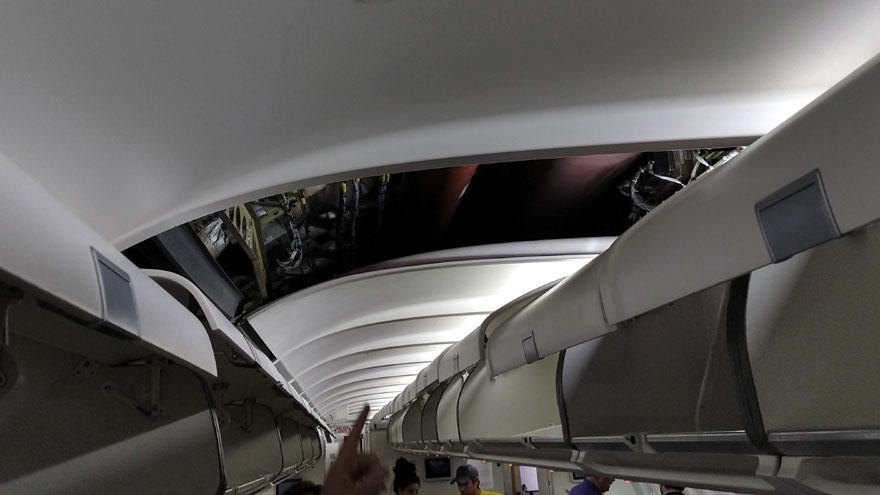 Cableado y tubos internos arriba del techo de la cabina de pasajeros del Airbus A340-300B LV-FPU.