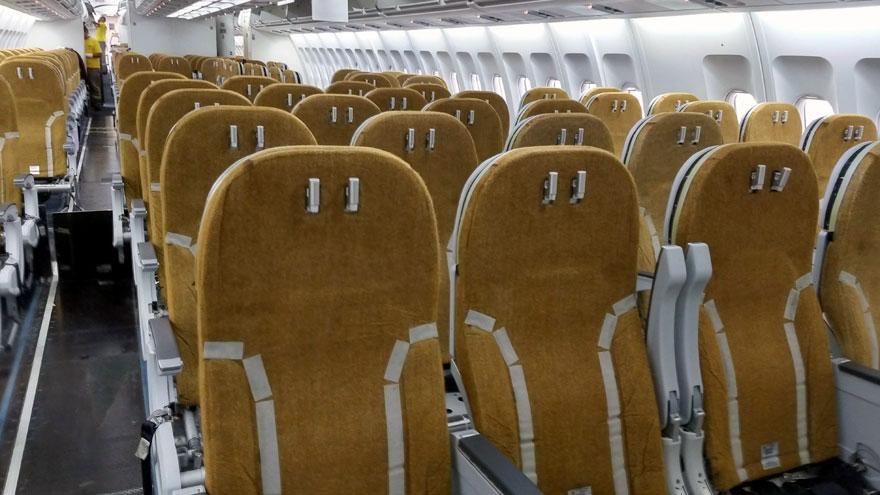 Asientos en la clase turista del Airbus A340-300B LV-FPU, sin la cobertura de contacto con el pasajero.