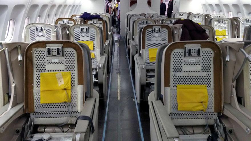 Asientos desarmados de la clase ejecutiva del Airbus A340-300B LV-FPU.