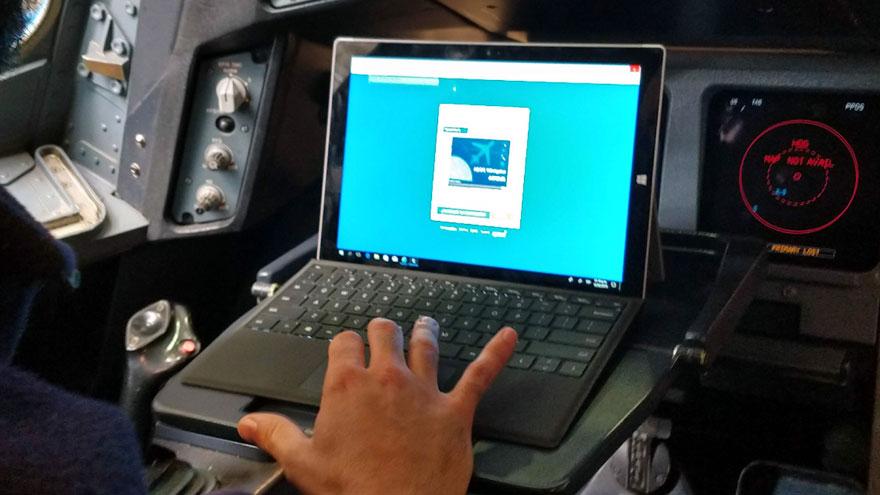 La tableta se conecta a la red Wi-Fi que une los hangares y el centro de datos de Aerolíneas Argentinas en Ezeiza.