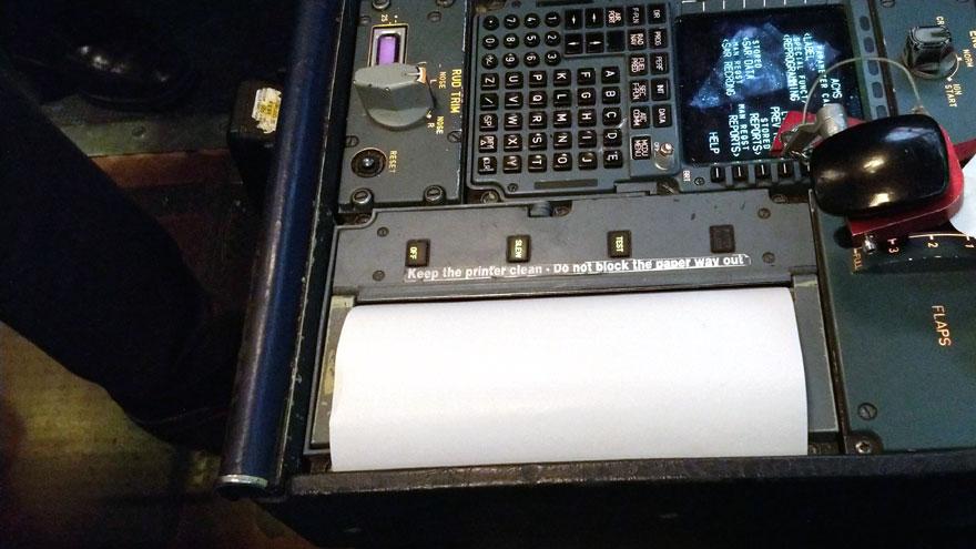 Impresora térmica en la cabina de vuelo del Airbus A340-300B LV-FPU. Se usa para generar reportes técnicos.