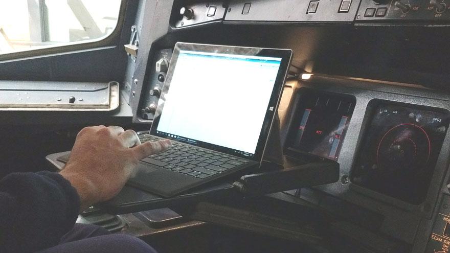 Tableta Surface en la cabina de vuelo del Airbus A340-300B LV-FPU.