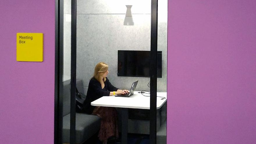 Las salas de reuniones disponen de tecnologías colaborativas.