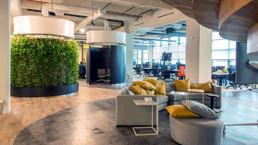 Cada piso dispone de espacios abiertos y cerrados de reunión.