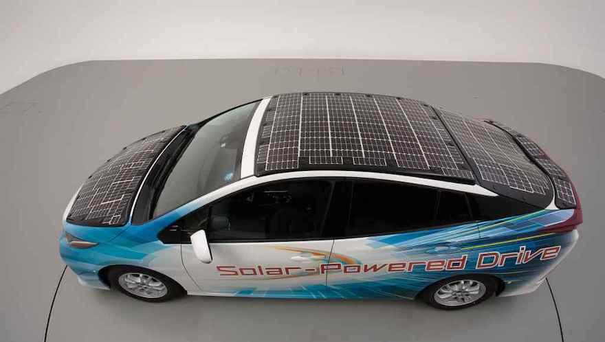 Toyota Prius PHV con 860 W a través de paneles solares