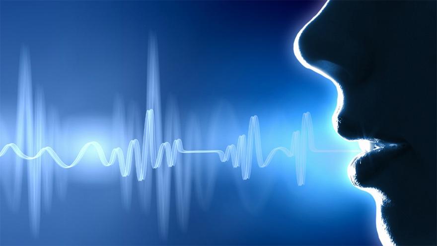 La persona habla a un micrófono inteligente entre 2 y 5 minutos