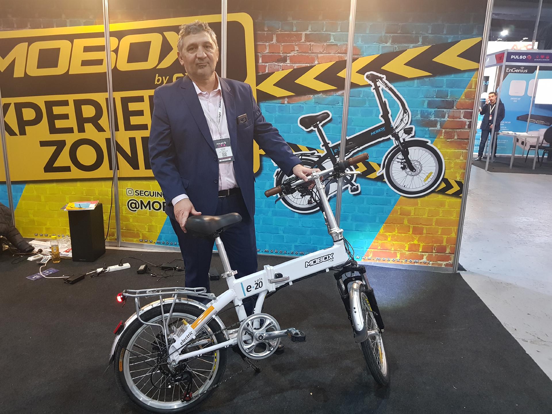 Sergio Airoldi, presidente de la compañía, junto a la Mobox e-20