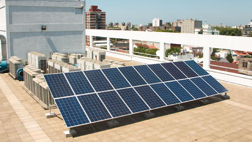 Instalación de paneles solares en la terraza del edificio de Exo en Parque Patricios