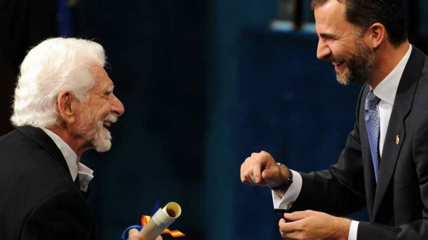 En 2009, Cooper (izq) recibió el Premio de Príncipe de Asturias de Investigación Técnica y Científica del Príncipe Felipe (derecha) de España