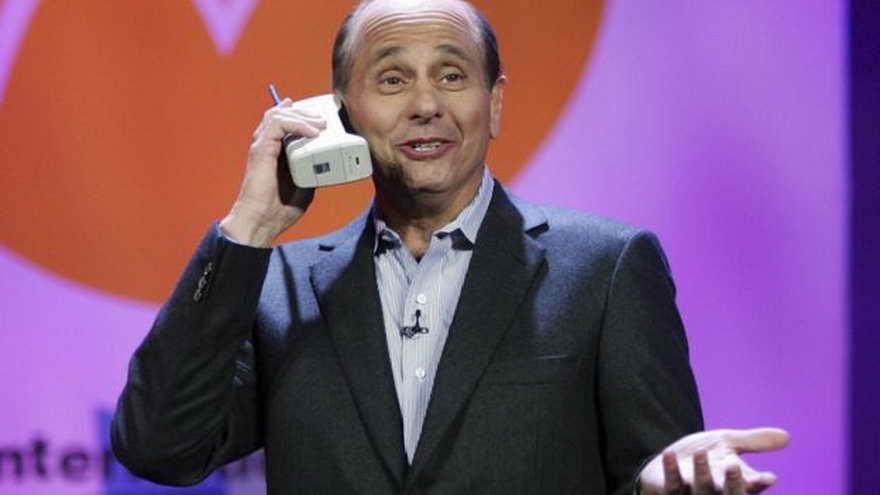 Años después, el presidente y CEO de Motorola Inc., Ed Zander, presentaba en broma el Motorola DynaTAC 8000, durante el 2007 International Consumer Electronics Show en Las Vegas, Nevada