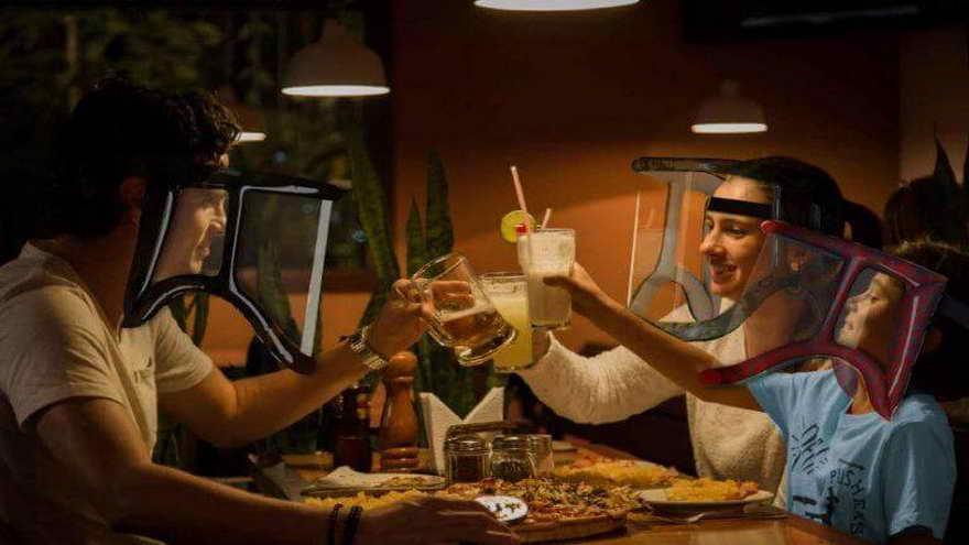 Crean un protector facial inflable que permitiría comer y beber en bares y restaurantes, y hasta en tu casa con invitados