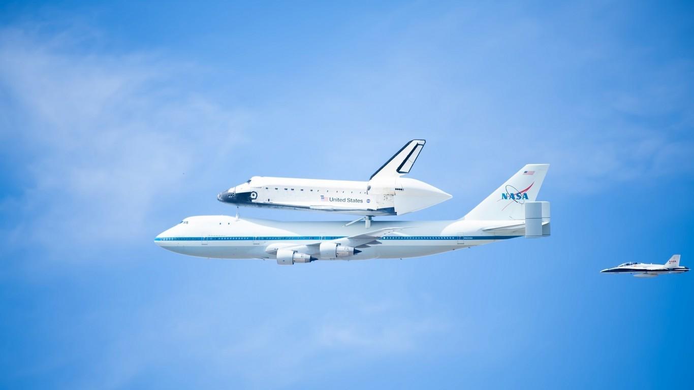 El 747 también fue utilizado por la NASA para transportar los transbordadores espaciales Space Shuttle