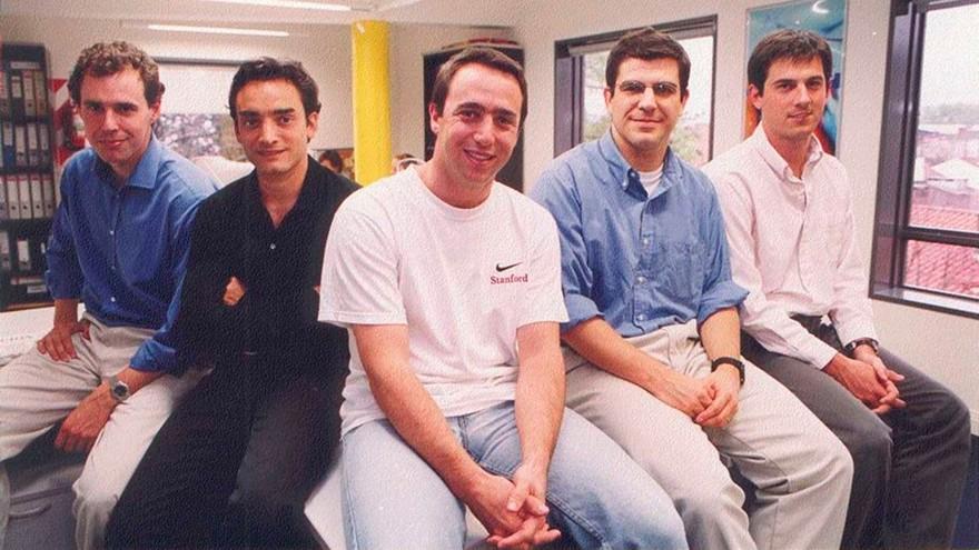 Inicios de Mercado Libre: Galperín (centro), escoltado a la izquierda por Hernán Kazah (COO y Cofundador)