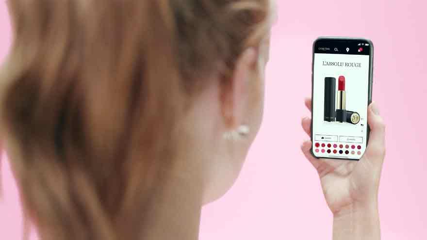 Clienta de Lancome prueba la realidad aumentada en un teléfono móvil