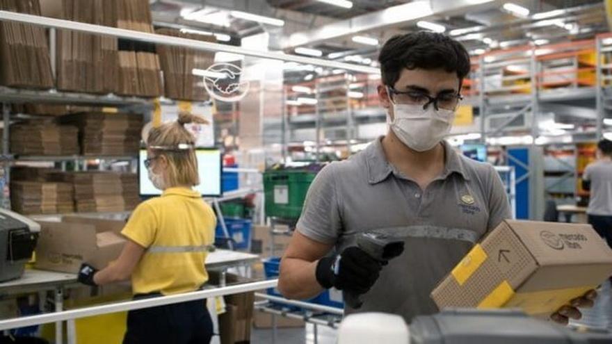 Empleados trabajando en la zona de despachos