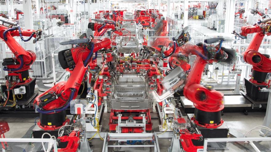 Construir una fábrica de vehículos propia, como hizo Tesla, y ponerla en marcha requiere una inversión de millones de dólares