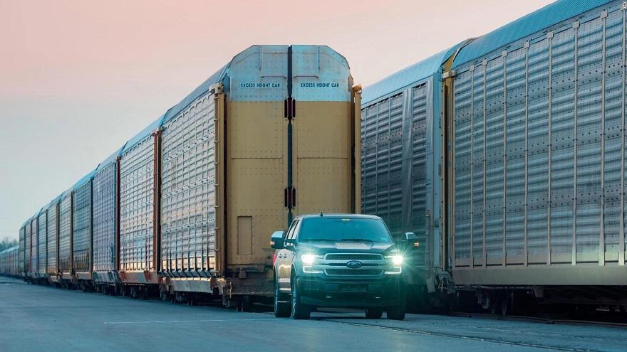 La nueva Ford F150 demuestra su potencia arrastrando un tren.