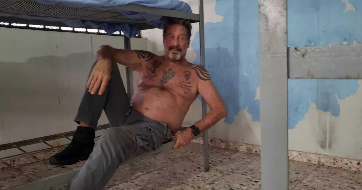 McAfee posando en la prisión de República Dominicana en 2019.