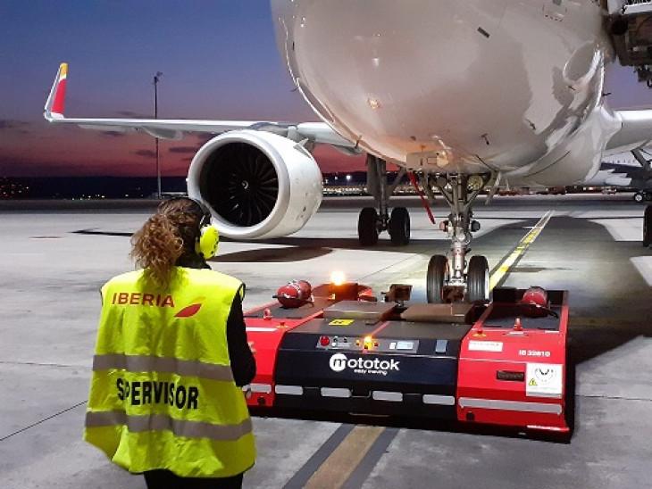 Estos vehículos tienen una gran autonomía y su batería de 80V permite carretear hasta 28 aviones sin necesidad de recarga
