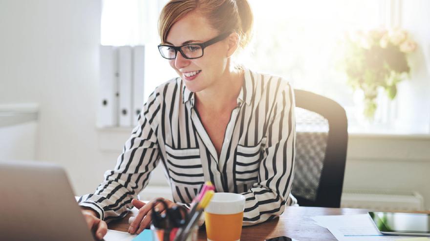 Este profesional tiene como objetivo definir estrategias de gestión de clientes para fomentar la relación con los mismos