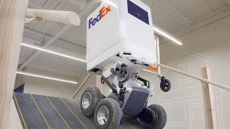 Es capaz de atravesar casi cualquier tipo de terreno, subir y bajar escaleras y llevar productos calientes y fríos