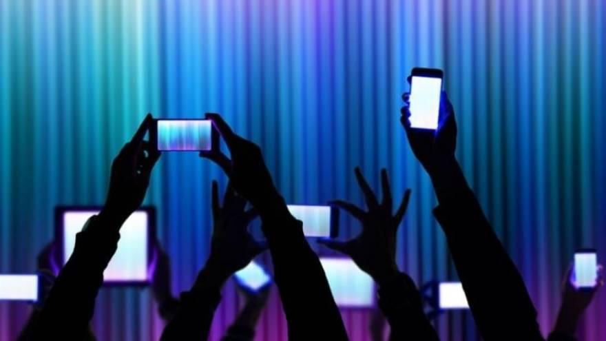 Los teléfonos y las redes sociales cambian las conductas y la forma de hablar de las personas