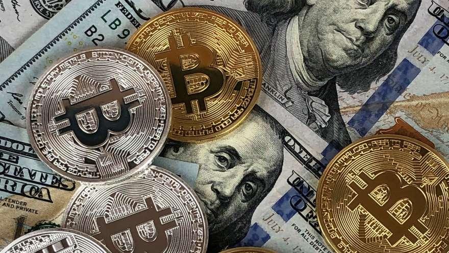 Dólar versus bitcoin: en cuál conviene invertir