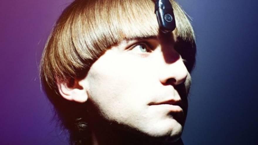 Neil Harbisson con una antena en la cabeza para
