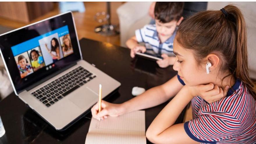 Niños estudiando en forma remota