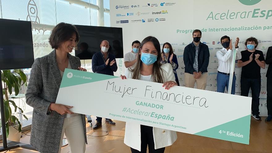 es Contadora y Licenciada en administración graduada con honores en la Universidad de Buenos Aires