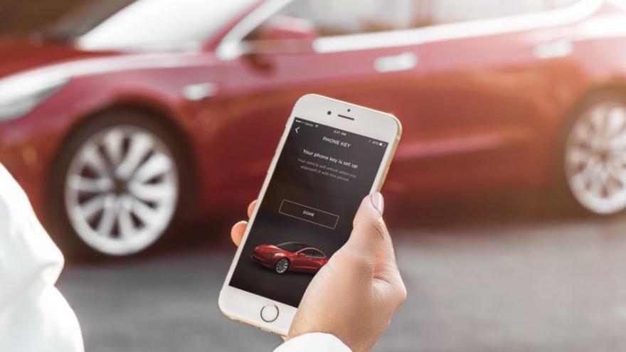 El propietario de un Tesla Model 3 dice que accidentalmente compró una actualización de software de u$s 4.280 para su automóvil